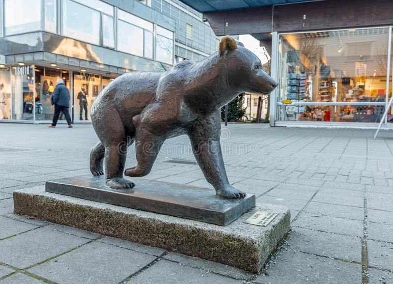 Haugesund Norwegia, Styczeń, - 9, 2018: Rzeźba Brown niedźwiedź, Ursus arctos w Haugesund centrum miasta, obrazy stock