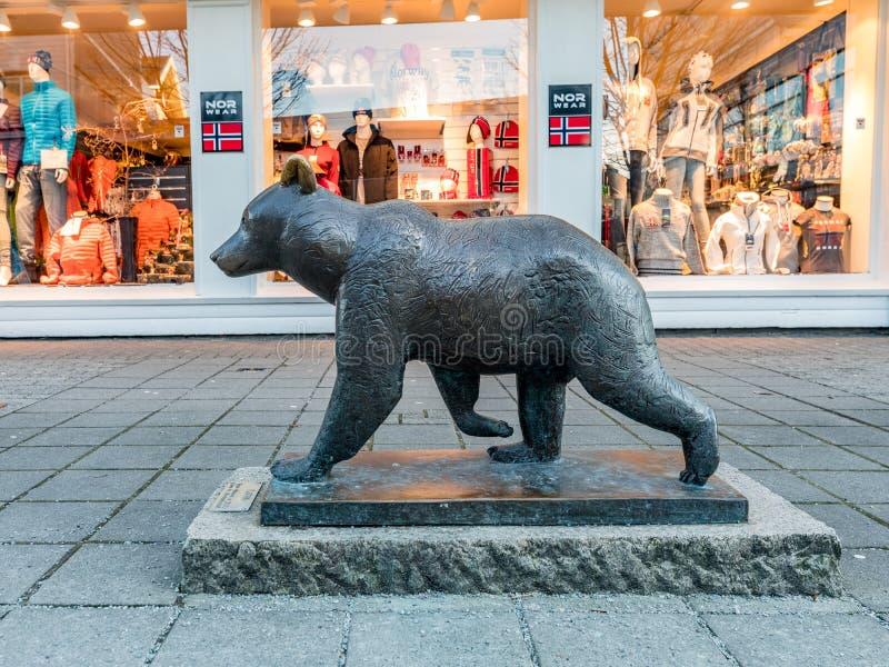 Haugesund Norwegia, Styczeń, - 9, 2018: Rzeźba Brown niedźwiedź, Ursus arctos w Haugesund centrum miasta, fotografia stock