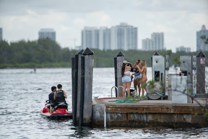 Haulover公园迈阿密 准备好的人们去在船坞的划船 图库摄影