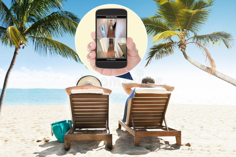 Hauptüberwachungskameras angesehen am Handy lizenzfreies stockfoto