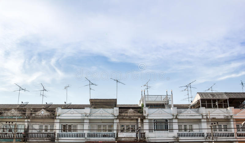 Haupt-Fernsehantennen angebracht an einem Dach lizenzfreies stockbild