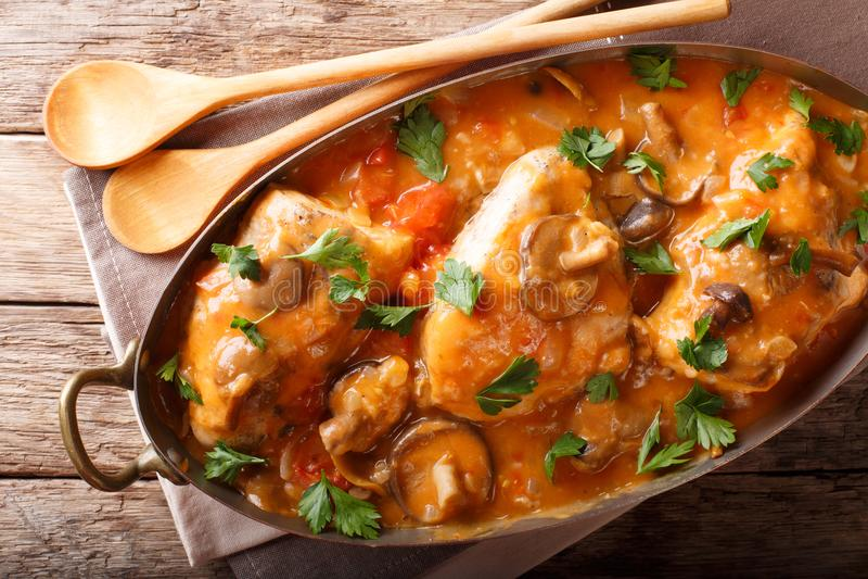 Haupt- französisches Huhn-chasseur mit Pilzen und Tomatenabschluß-u stockfotografie