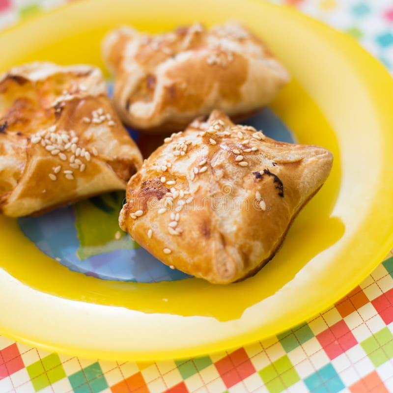 Haupt-khachapuri Blätterteig mit Käse und Hüttenkäse stockfotos