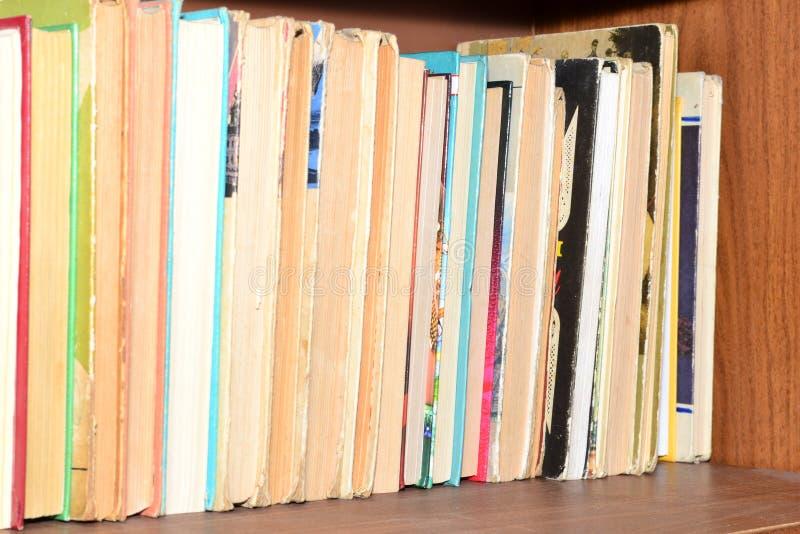 Haupt-librau Regal voll von Büchern lizenzfreie stockfotos