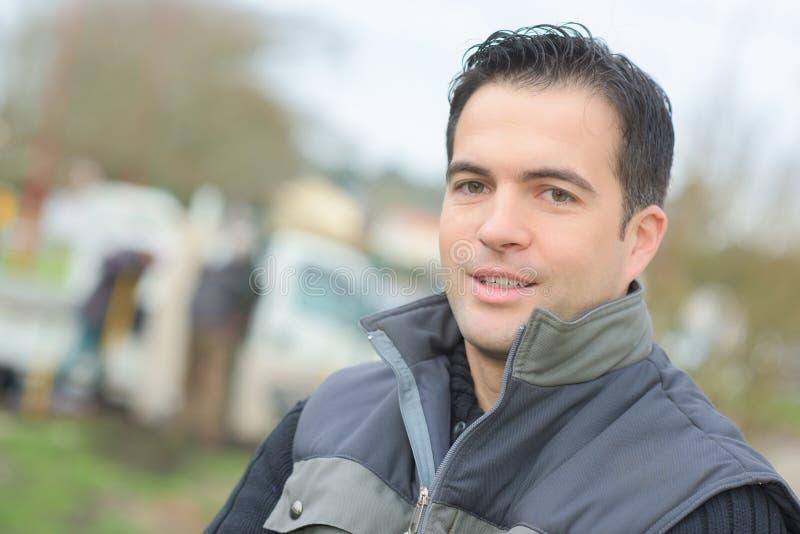 Haupt- und des Schulterporträts lächelnder reifer Mann im Freien lizenzfreie stockbilder