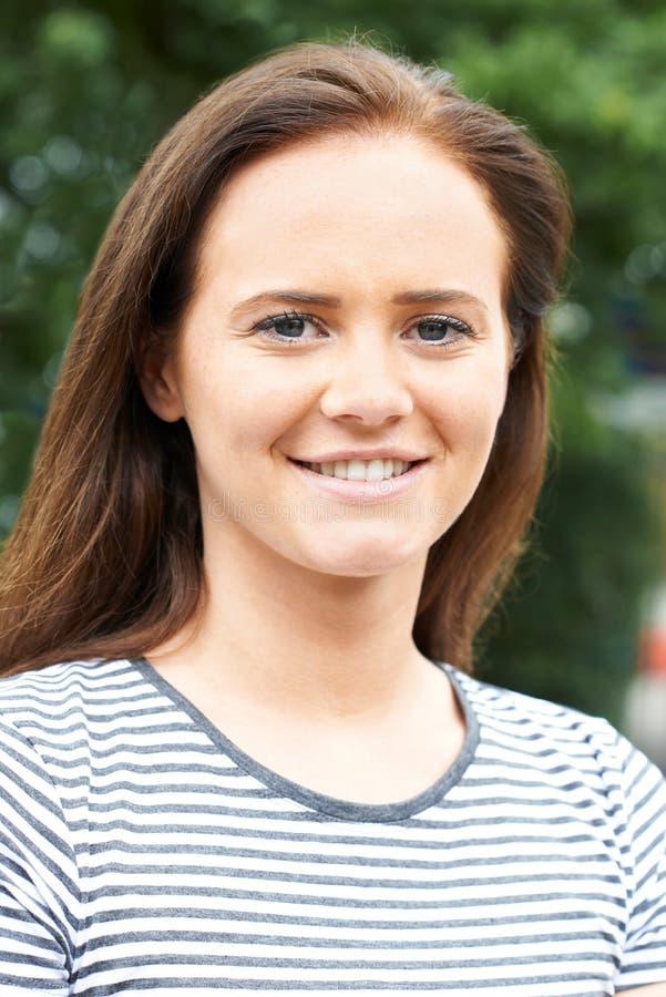 Haupt- und Schulter-Porträt der lächelnden Jugendlichen stockbild