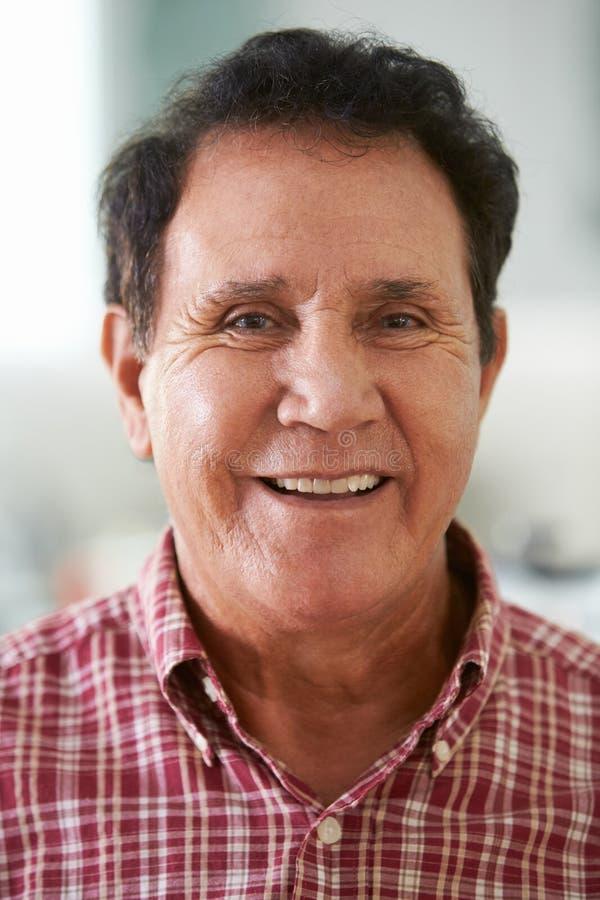 Haupt- und Schulter-Porträt des älteren hispanischen Mannes zu Hause stockfoto