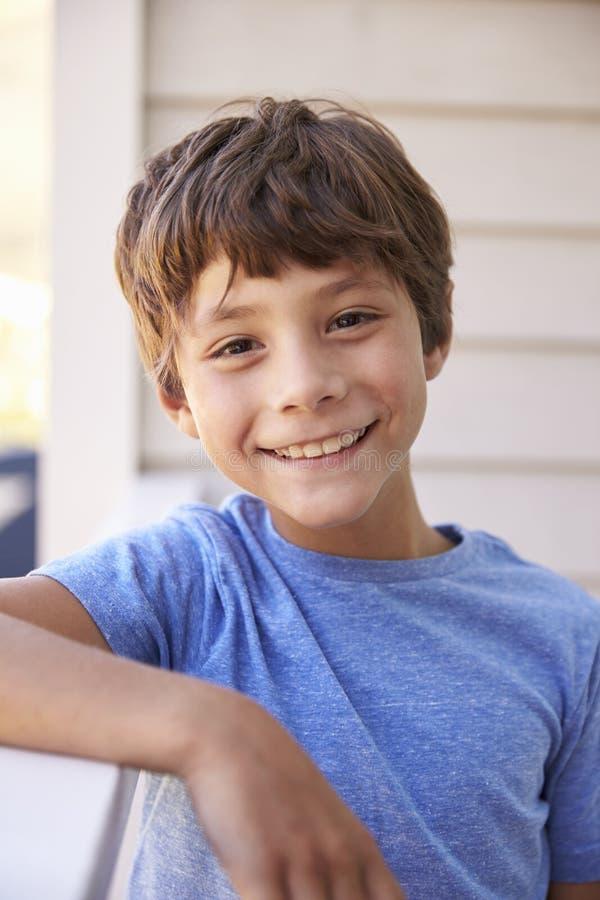 Haupt- und Schulter-Porträt des Jungen außerhalb des Hauses stockbilder
