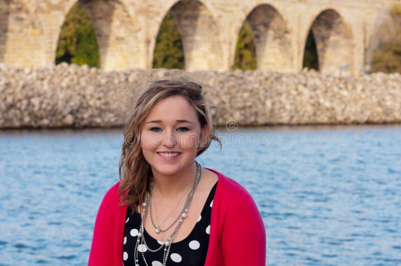 Haupt- und Schulter-Porträt des jungen weiblichen Lächelns lizenzfreie stockfotos
