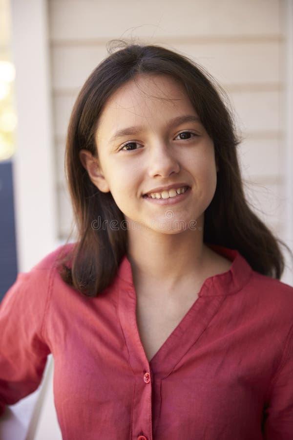 Haupt- und Schulter-Porträt des Mädchens außerhalb des Hauses lizenzfreies stockbild