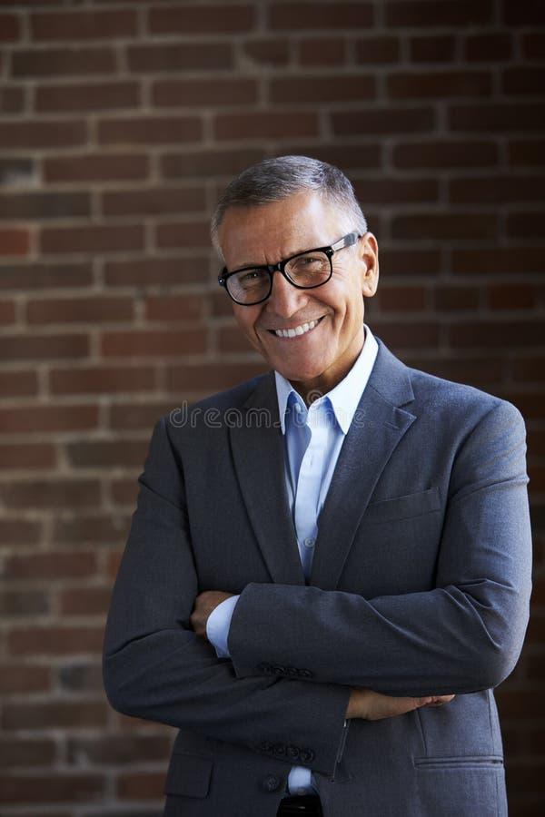 Haupt- und Schulter-Porträt des reifen Geschäftsmannes In Office lizenzfreies stockbild