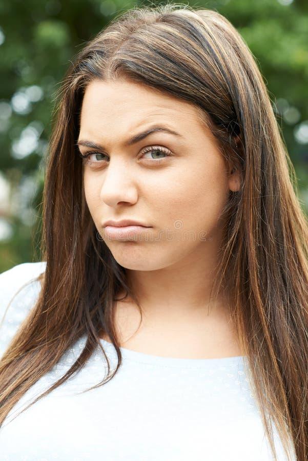 Haupt- und Schulter-Porträt im Freien der ernsten Jugendlichen lizenzfreie stockfotos