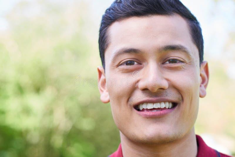 Haupt- und Schulter-Porträt im Freien des lächelnden jungen Mannes stockfotos