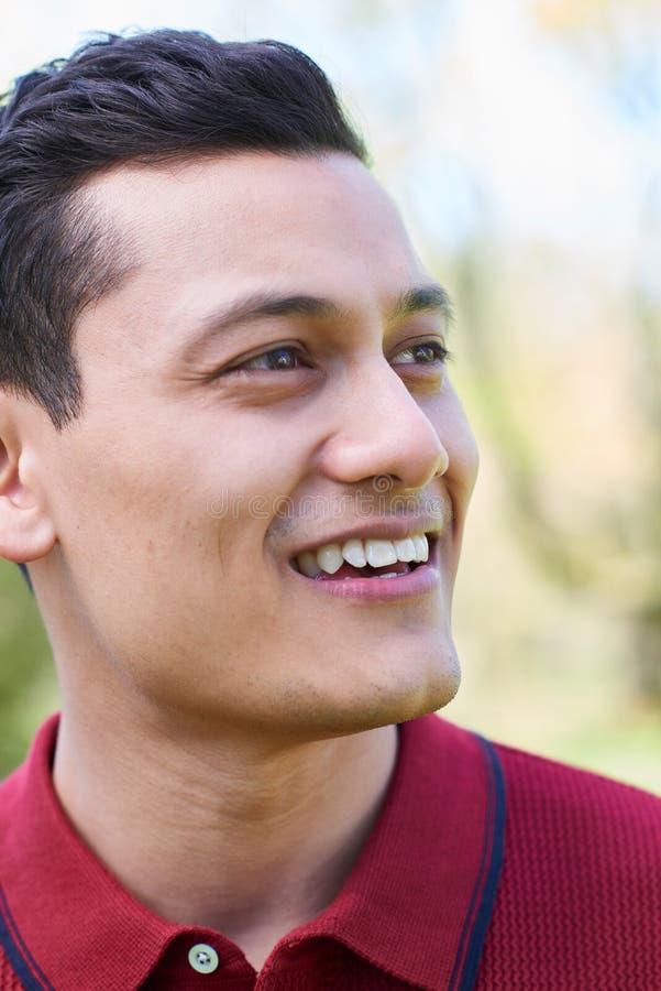 Haupt- und Schulter-Porträt im Freien des lächelnden jungen Mannes stockbilder
