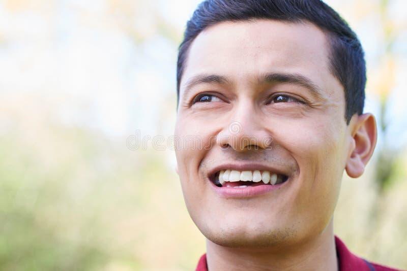 Haupt- und Schulter-Porträt im Freien des lächelnden jungen Mannes stockfotografie
