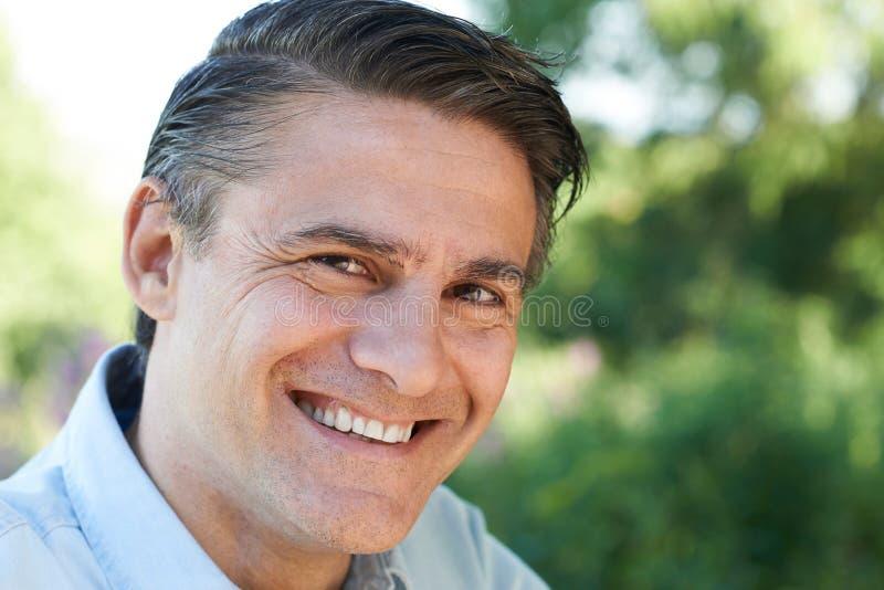Haupt- und Schulter-Porträt im Freien des lächelnden reifen Mannes stockfoto