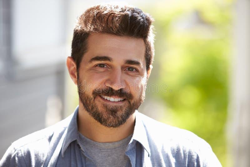 Haupt- und Schulter-Porträt im Freien des lächelnden reifen Mannes lizenzfreie stockfotografie