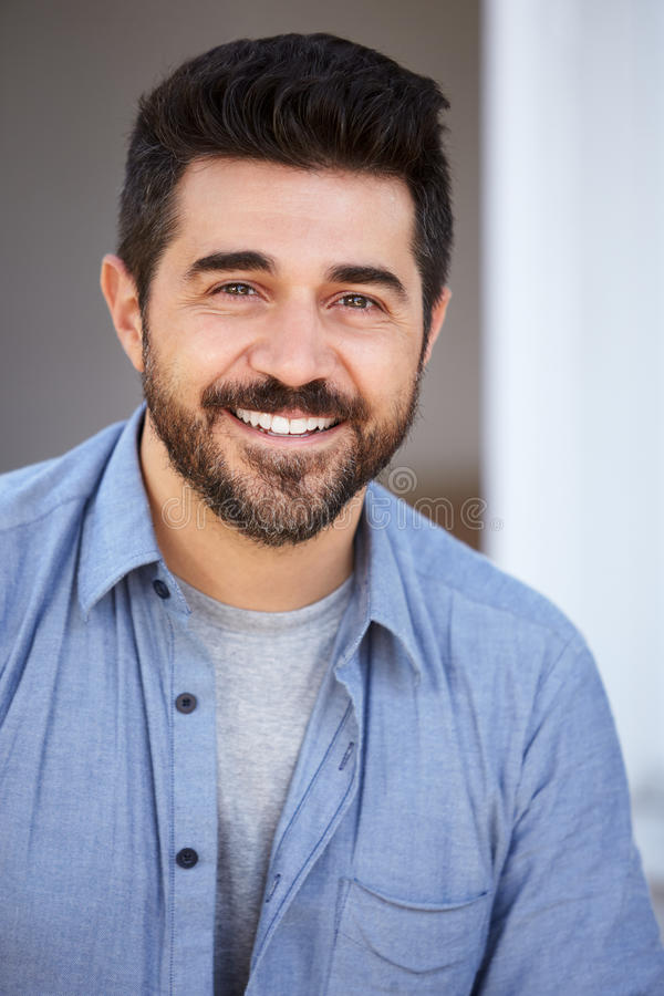 Haupt- und Schulter-Porträt im Freien des lächelnden reifen Mannes stockfotos