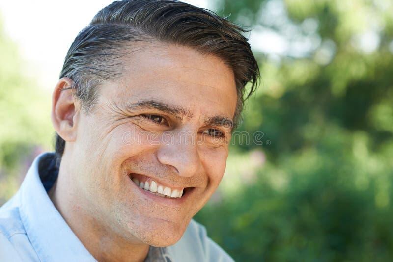 Haupt- und Schulter-Porträt im Freien des lächelnden reifen Mannes stockbilder
