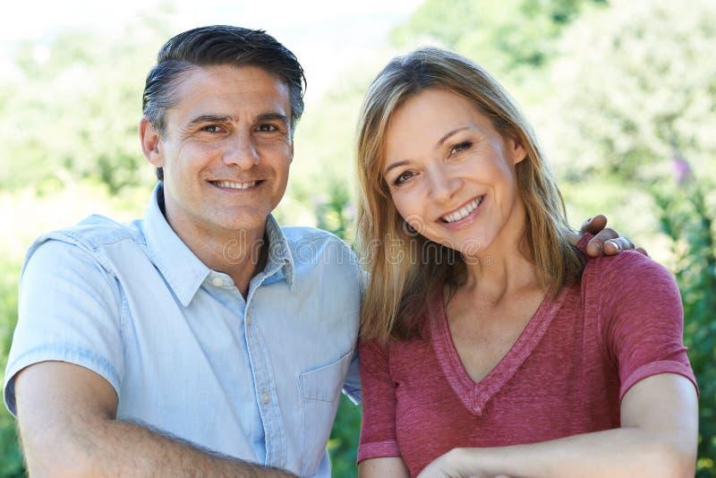 Haupt- und Schulter-Porträt im Freien von lächelnden reifen Paaren stockfotos