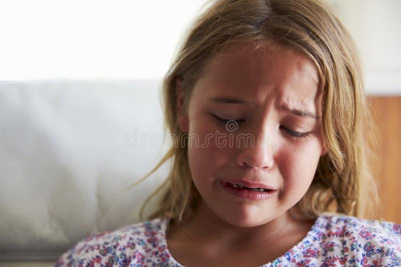 Haupt- und Schulter-Schuss des Umkippen-Mädchens zu Hause lizenzfreies stockfoto