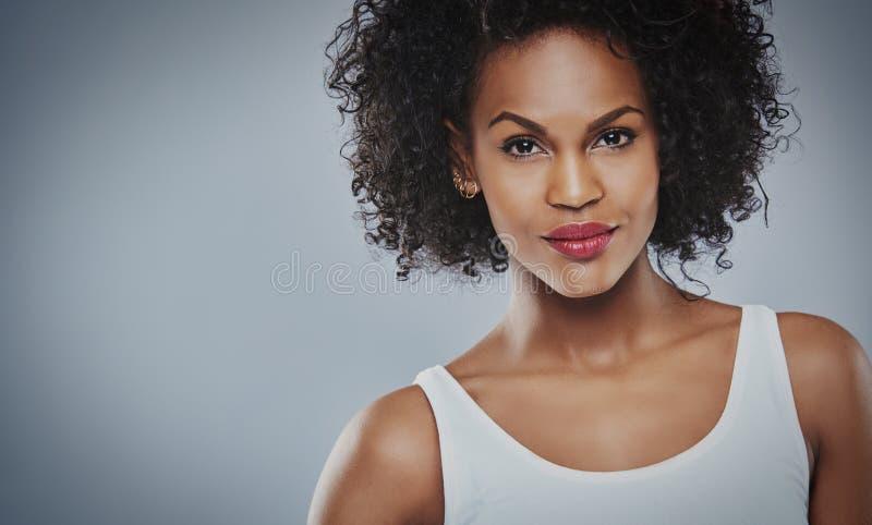 Haupt- und Schulteransicht über grinsende schwarze Frau lizenzfreie stockfotos