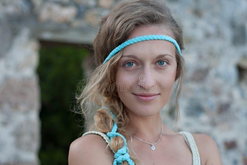 Haupt- und Schulterporträt von jungen Blondinen mit blauen Augen stockbilder