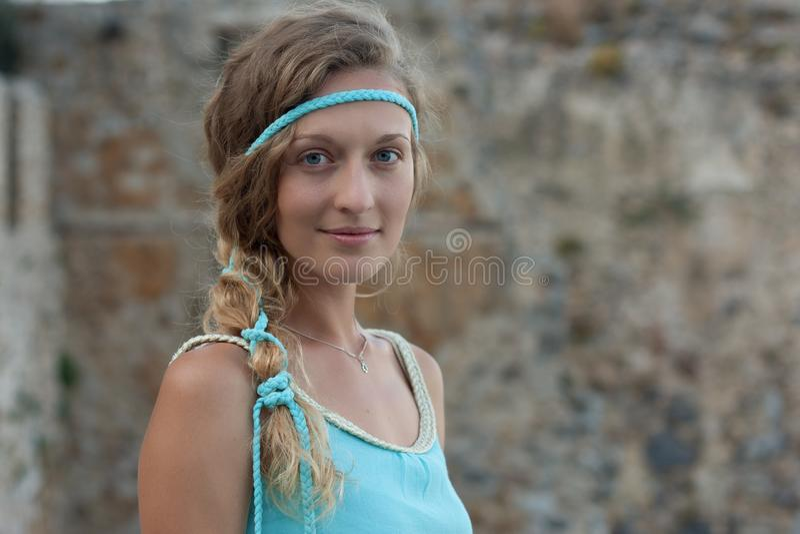 Haupt- und Schulterporträt von jungen Blondinen mit blauen Augen lizenzfreies stockbild