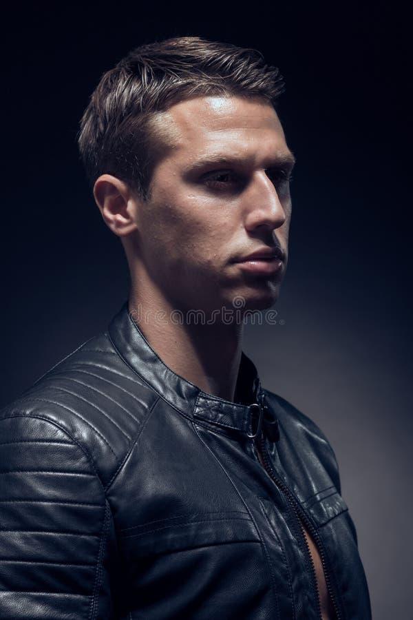 Haupt- und Schulterschuß, ein junger erwachsener Mann kaukasisch, schwarzes Ba lizenzfreie stockfotografie