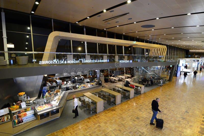 Hauptabfahrthalle Vantaa-Flughafen helsinki finnland lizenzfreie stockbilder
