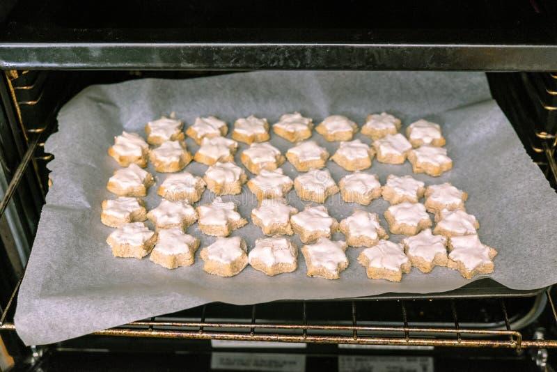 Hauptbacken: Behälter des glasig-glänzenden sternförmigen Zimt Weihnachten-cooki lizenzfreies stockfoto