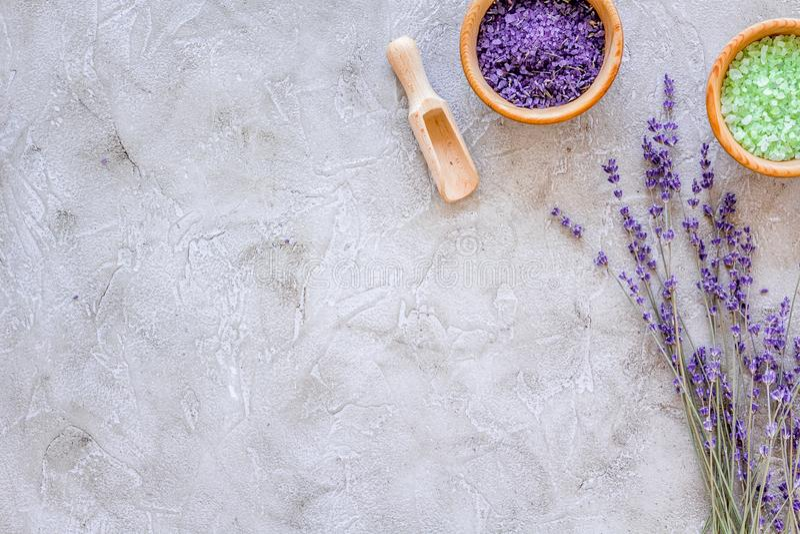 Hauptbadekurort mit kosmetischem Salz der Lavendelkräuter für Bad auf SteinDraufsichtmodell des schreibtischhintergrundes lizenzfreie stockbilder