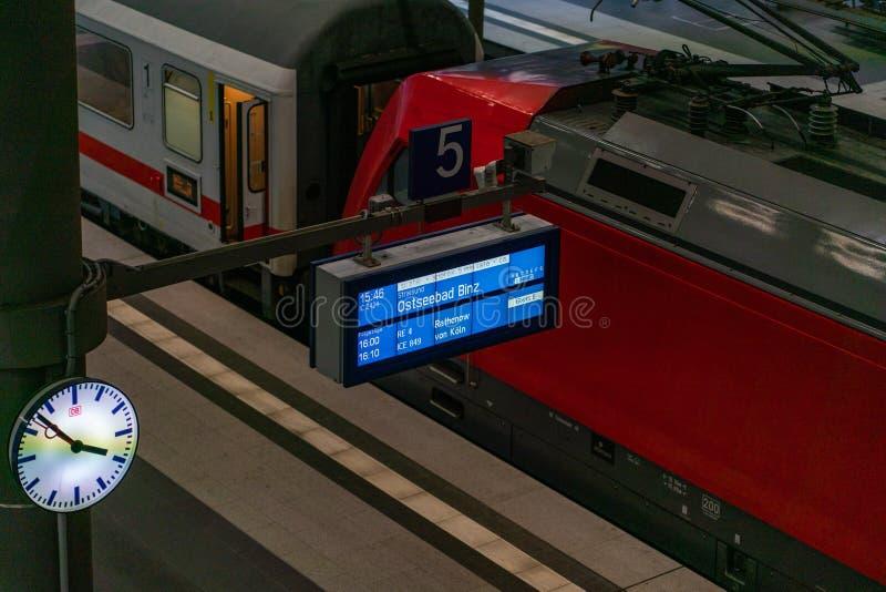 Hauptbahnhof, Берлин, Германия - 7-ое июля 2019: Baederbahnzug от Берлина к Binz на платформе стоковые фотографии rf