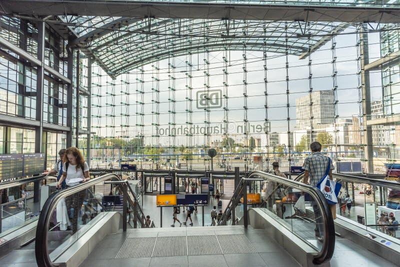 Hauptbahnhof Alemania de Berlín de las escaleras móviles y de los viajeros fotografía de archivo libre de regalías