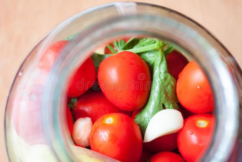 Hauptbewahrung Reife rote Tomaten bei dem Einmachen lizenzfreies stockfoto