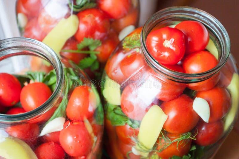 Hauptbewahrung Reife rote Tomaten bei dem Einmachen lizenzfreies stockbild
