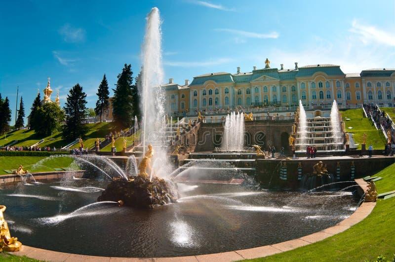 Hauptbrunnen Samson in Peterhof in Russland stockbilder