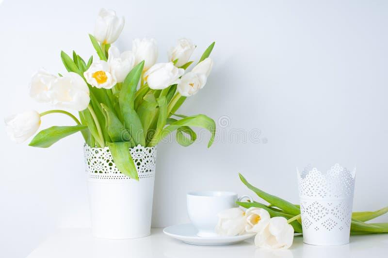 Hauptdekoration, weiße Tulpen lizenzfreie stockbilder