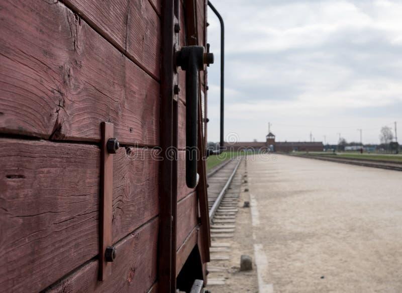 Haupteingang nach Auschwitz Birkenau Nazi Concentration Camp, eins der Viehautos zeigend benutzt, um Opfer zu ihrem Tod zu holen lizenzfreie stockbilder