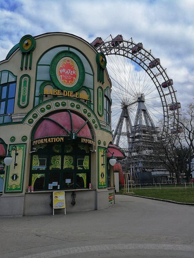 Haupteingang und Riesenrad am Hintergrund im Prater-Park, Wien, Österreich stockfoto