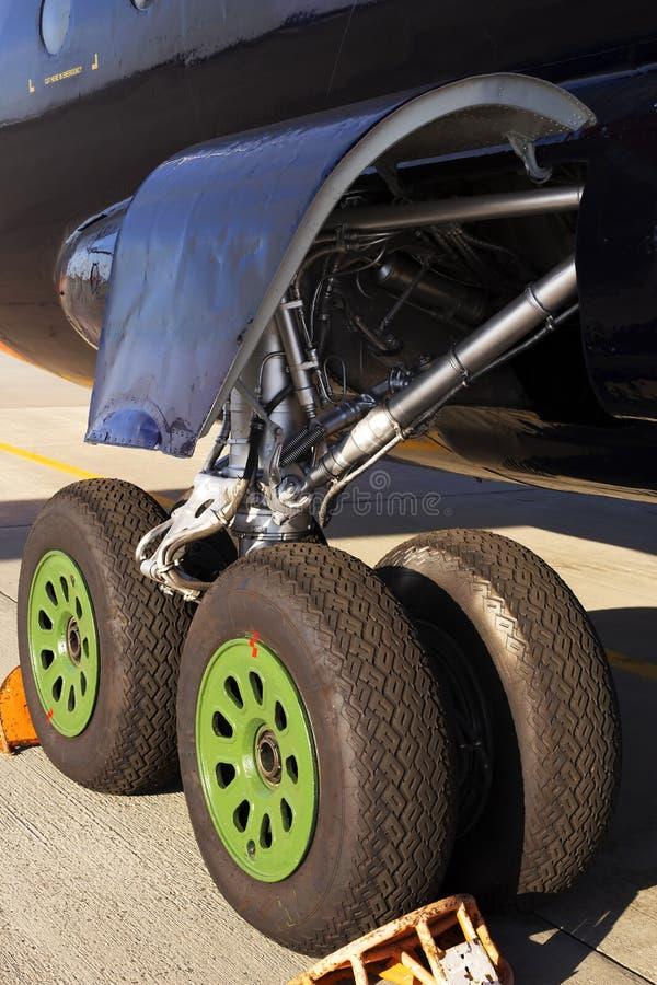 Hauptfahrwerk von Großraumflugzeugen lizenzfreies stockfoto
