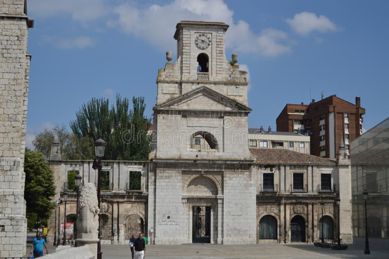 Hauptfassade des Marceliano Santa Maria Museum Old Monastery von San Juan in Burgos 28. August 2013 Burgos, Kastilien Leon, lizenzfreie stockfotografie
