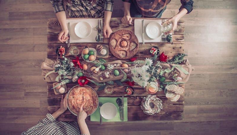 Hauptfeier von Freunden oder von Familie am festlichen Tisch lizenzfreie stockfotos
