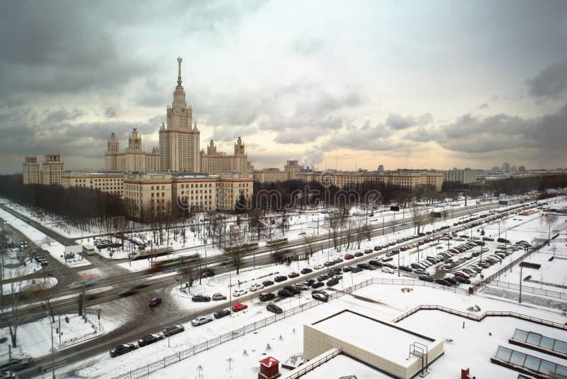 Hauptgebäude der Moskau-Landesuniversität am Winter lizenzfreies stockfoto