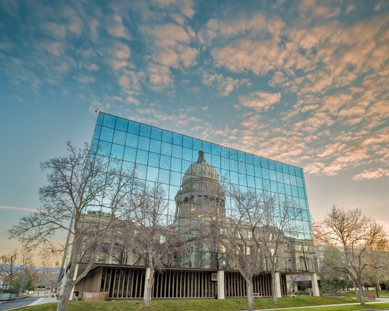 Hauptgebäude von Idaho-Reflexion mit Wolken stockbild