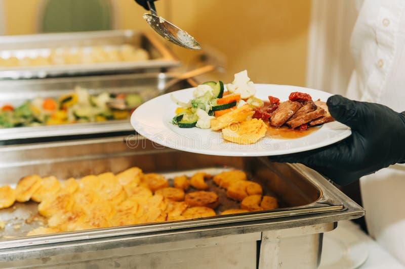 Hauptgerichtnahrungsmittelverpflegung auf Hochzeit oder festlicher Partei stockfotografie