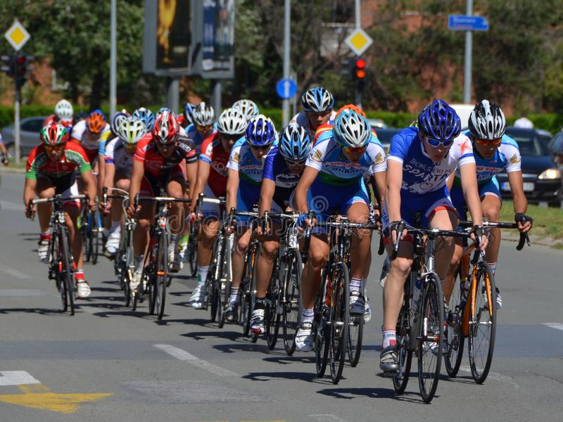 Hauptgruppe Reiter im Fahrradlaufen stockbild