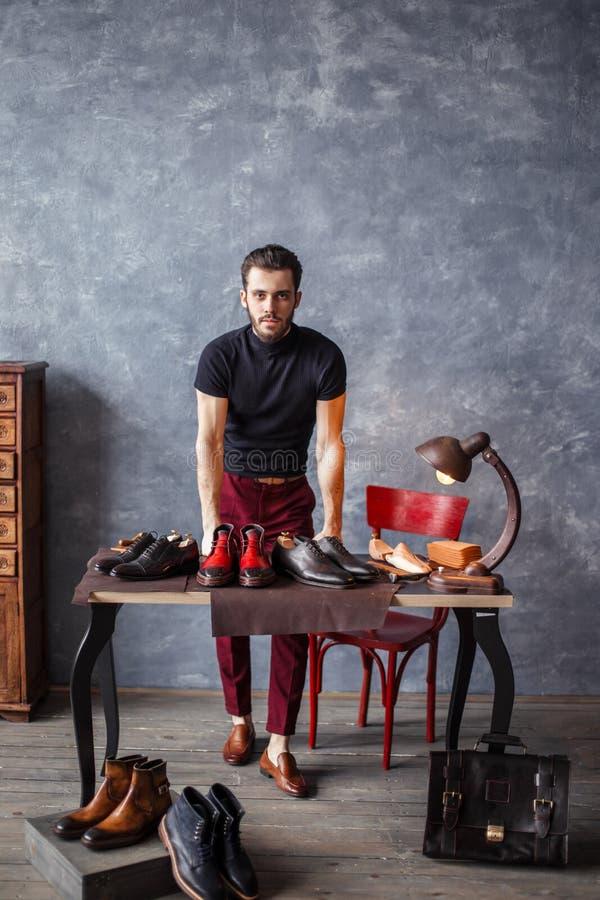 Hauptin mode Kleidung bietet seine Schuhe an lizenzfreie stockfotografie