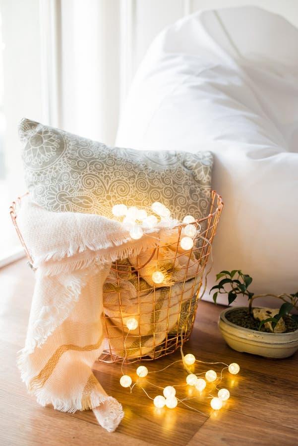 Hauptinnenausstattung, Metallkorb mit Kissen, warme Decke stockbild