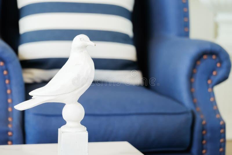 Hauptinnenausstattung mit Amerikaner Newport-Art, Wohnzimmer hat ein blaues Sofa und ein gestreiftes Kissen mit weißem Vogel lizenzfreies stockfoto